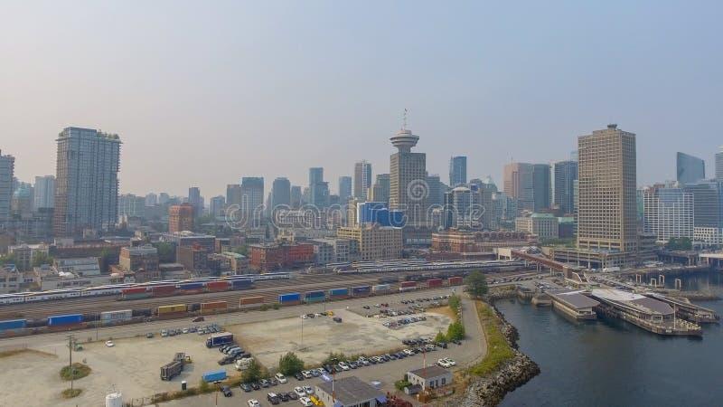 VANCOUVER, CANADÁ - 9 DE AGOSTO DE 2017: Vista aérea del horizonte de la ciudad fotografía de archivo libre de regalías