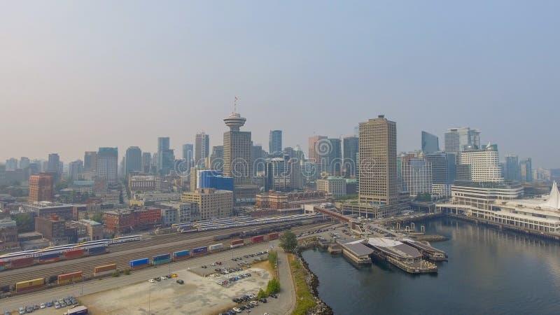 VANCOUVER, CANADÁ - 9 DE AGOSTO DE 2017: Vista aérea del horizonte de la ciudad imágenes de archivo libres de regalías
