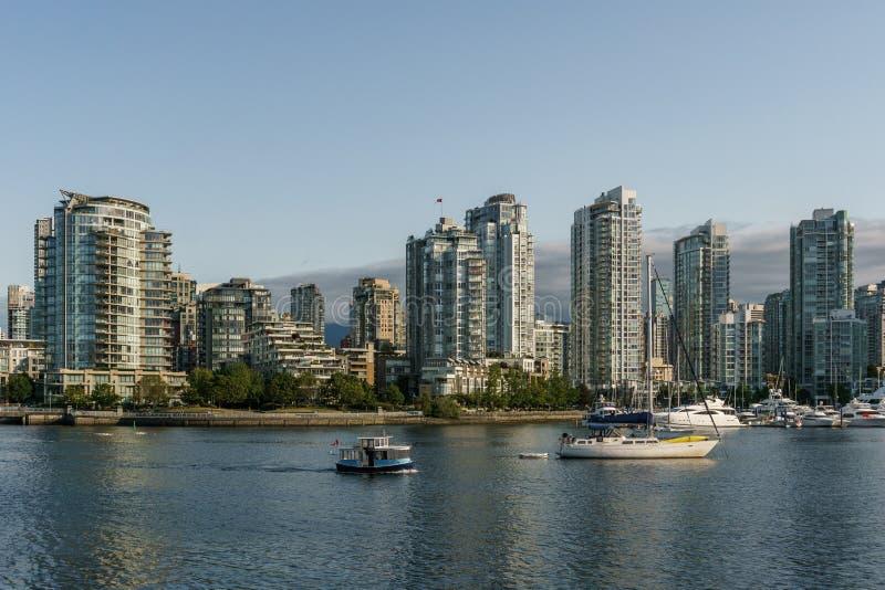 VANCOUVER, CANADÁ - 6 de junio de 2018: Opinión sobre el centro céntrico de Vancouver de la ciudad de False Creek foto de archivo libre de regalías