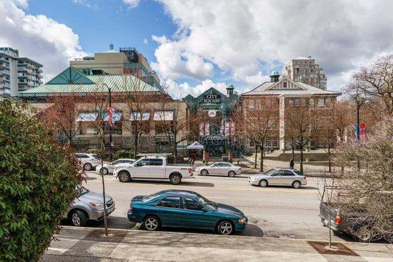 VANCOUVER, CANADÁ - 26 DE MARZO DE 2019: centro comercial del cuadrado de ciudad el tiempo de primavera de la calle del cambie fotos de archivo libres de regalías