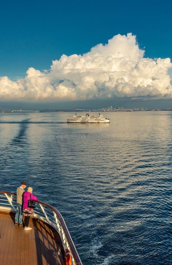 Vancouver, Canadá - 12 de septiembre de 2018: Pares en la cubierta del Volendam foto de archivo