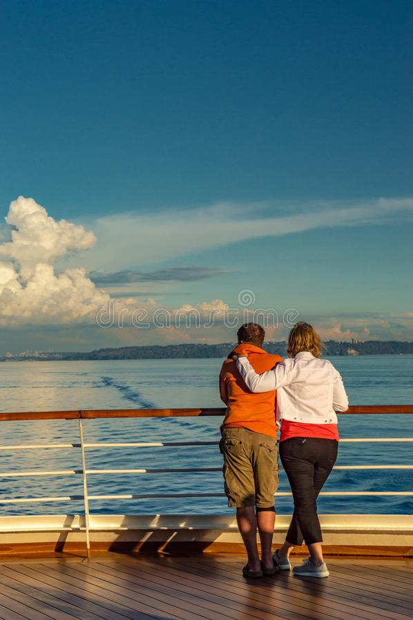 Vancouver, Canadá - 12 de septiembre de 2018: Pares jovenes en cubierta del barco de cruceros foto de archivo