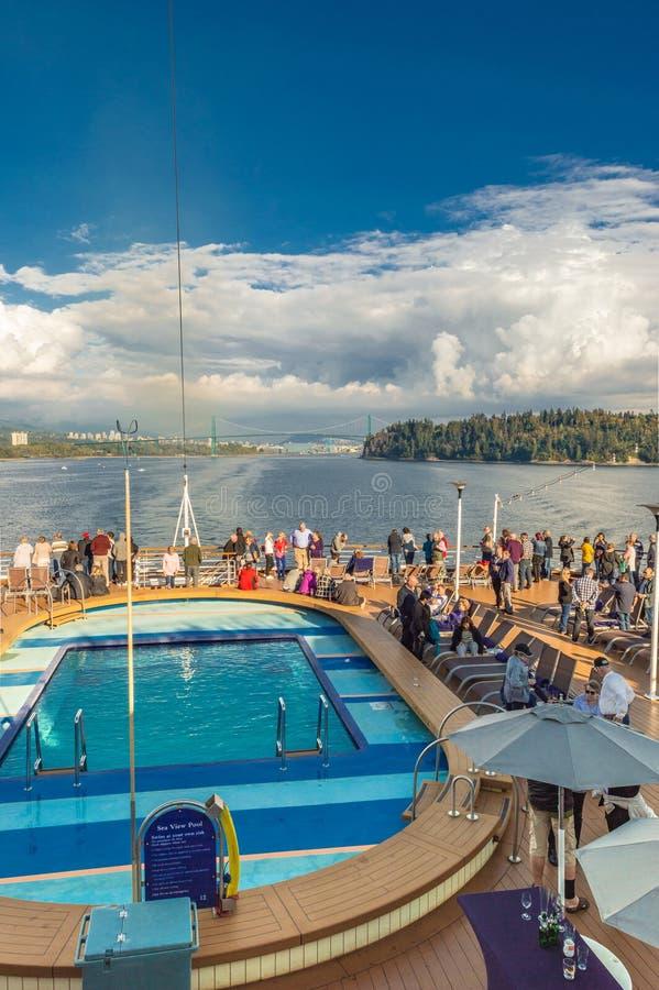 Vancouver, Canadá - 12 de septiembre de 2018: Pasajeros del barco de cruceros en el Volendam foto de archivo libre de regalías