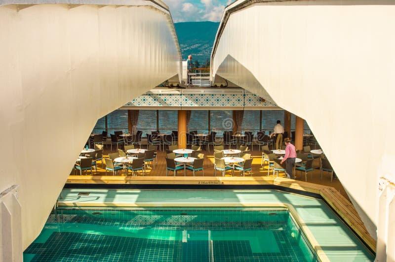 Vancouver, Canadá - 12 de septiembre de 2018: Piscina de la cubierta de Lido, barco de cruceros de Volendam fotos de archivo libres de regalías