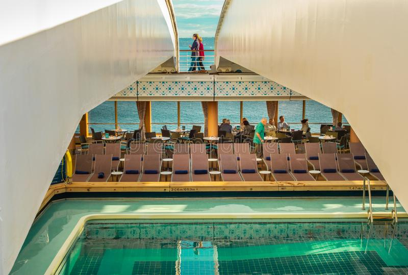 Vancouver, Canadá - 12 de septiembre de 2018: Piscina de la cubierta de Lido, barco de cruceros de Volendam fotos de archivo