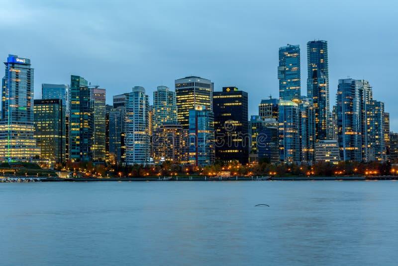 Vancouver, Canadá, el 12 de octubre de 2016 Luces de la noche en Van céntrico imagen de archivo libre de regalías