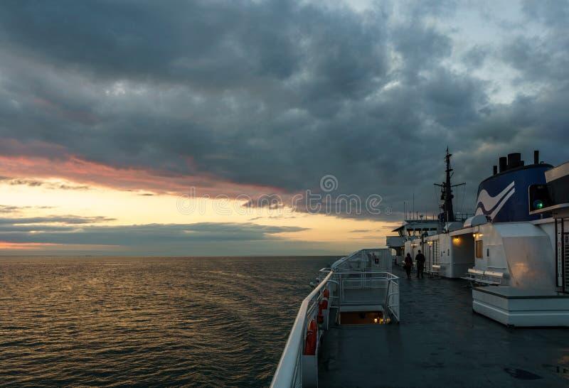 VANCOUVER, Canada - 1° settembre 2018: I passeggeri sulla piattaforma dell'BC Ferries la crociera dell'alba della nave all'isola  immagini stock libere da diritti
