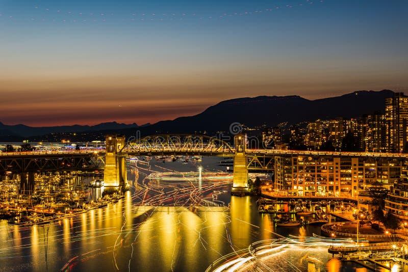 VANCOUVER, CANADA - AUGUSTUS 3, 2019: beroemde Burrard-straatbrug bij nacht stock foto's