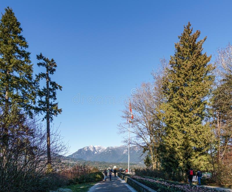 VANCOUVER, CANADA - 25 febbraio 2019: Turisti all'allerta del punto di Propect in Stanley Park immagini stock libere da diritti