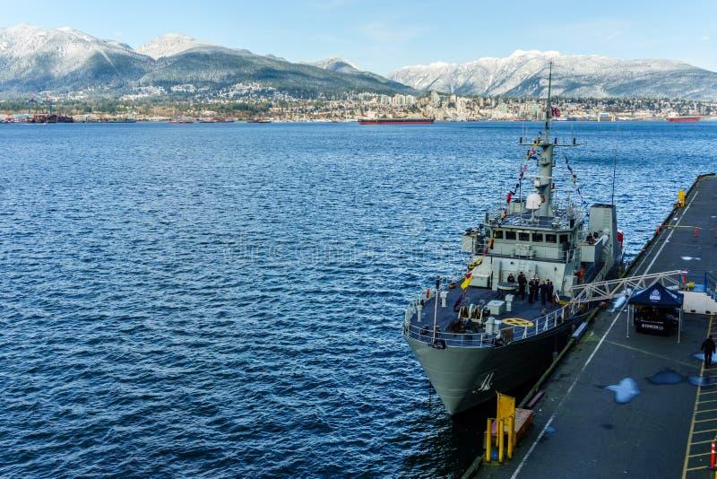VANCOUVER, CANADA - Februari 18, 2018: Canadese die Marineschip bij van Vancouver Canada Place haven wordt geparkeerd stock fotografie