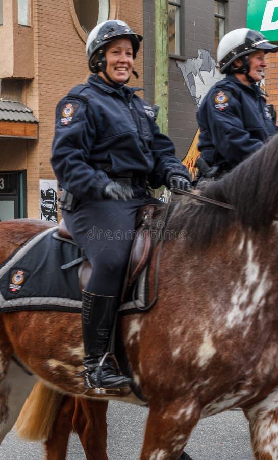 VANCOUVER, CANADA - Februari 2, 2014: Van de de Politieafdeling van Vancouver de Bereden politieambtenaren bij Chinese Nieuwjaarp royalty-vrije stock afbeeldingen