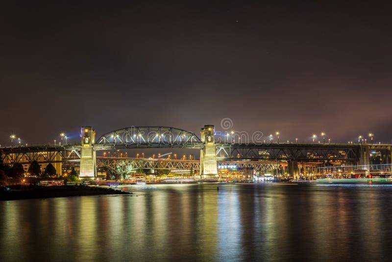 VANCOUVER, CANADA - 31 JUILLET 2019 : vue au pont de Burrard la nuit de plage de coucher du soleil dans le centre ville image stock
