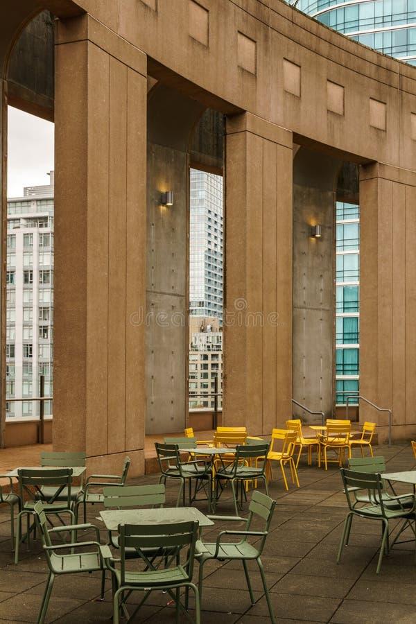 VANCOUVER, CANADA - 5 octobre 2018 : zone de repos dans la bibliothèque centrale avec les fauteuils de colonnes et les tables co photo libre de droits