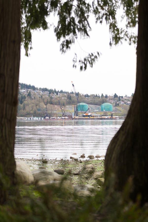 VANCOUVER DEL NORTE, A.C., CANADÁ - ABRIL, 09, 2018: El buque de petróleo cerca del Parkland aprovisiona de combustible la refine foto de archivo