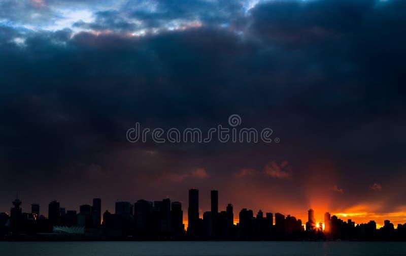 Vancouver du centre silhouetté contre le coucher de soleil images libres de droits