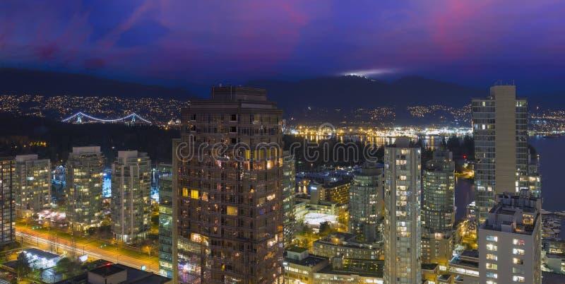 Vancouver F. KR. Cityscape på skymningpanorama royaltyfri foto