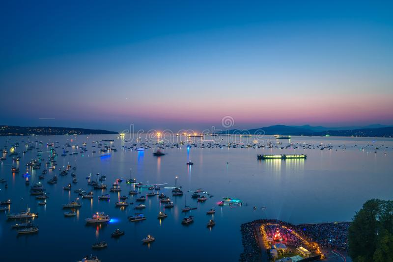 Vancouver F. KR. Kanada, Juli 28,2018 Honda beröm av ljus, Sydafrika nattfyrverkerier på engelska skäller stranden royaltyfria foton