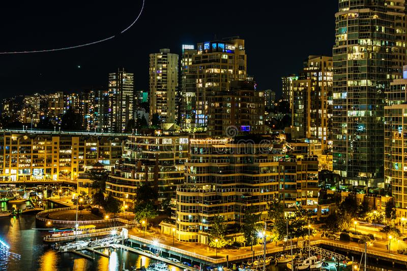 VANCOUVER, KANADA - 3. AUGUST 2019: Panoramasicht auf die Stadt Vancouver nachts stockfotos