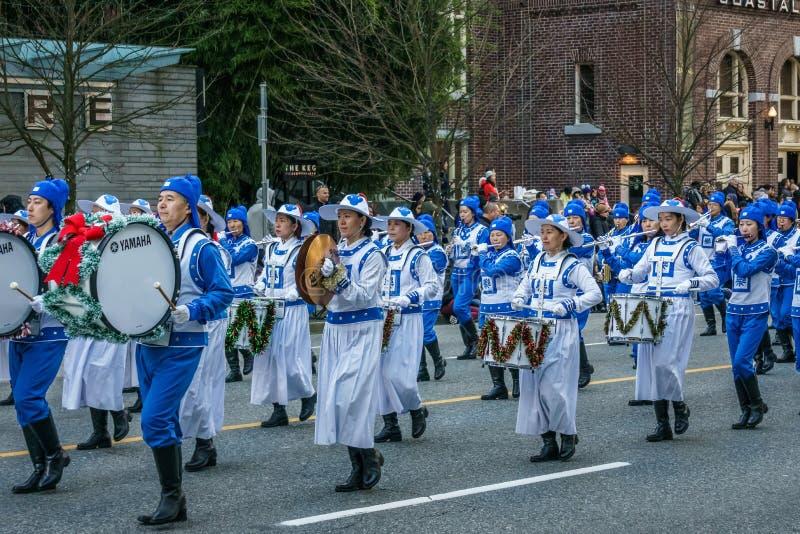 VANCOUVER KANADA - DECEMBER 2, 2018: folk som deltar i årligt Santa Claus Parade i Vancouver, Kanada royaltyfria foton