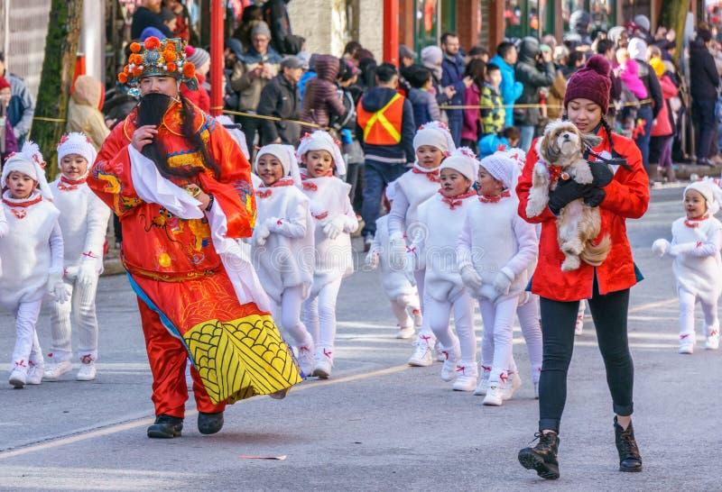 VANCOUVER KANADA - Februari 18, 2018: Folket som marscherar på det kinesiska nya året, ståtar i den Vancouver kineskvarteret royaltyfri fotografi