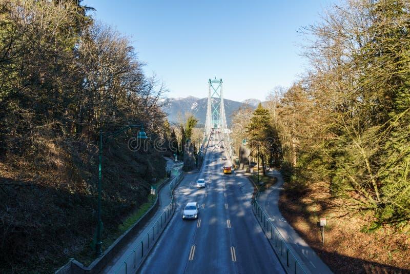 VANCOUVER KANADA - Februari 25, 2019: Lejonportbron eller begränsar först bron i Vancouver med trafik arkivfoto