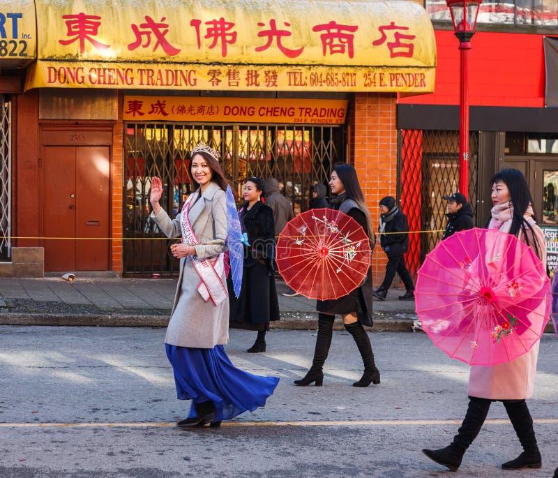 VANCOUVER KANADA - Februari 18, 2018: skönheter av 5 kontinenter 2017 på det kinesiska nya året ståtar i den Vancouver kineskvart royaltyfri fotografi