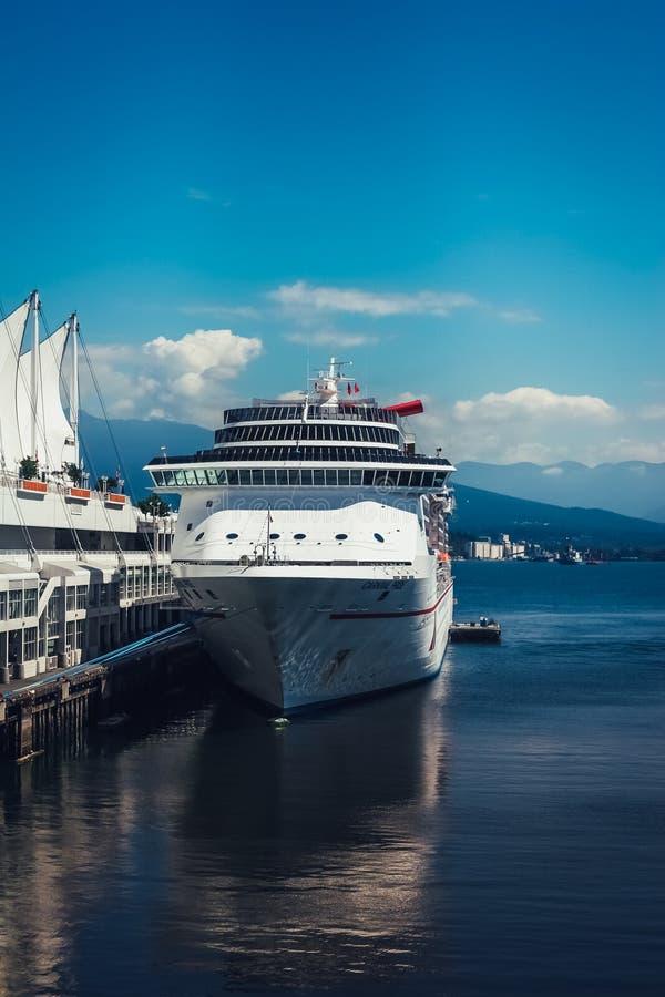 Vancouver/Kanada - Juli 28 2006: Massivt kryssningskepp som anslutas av pir arkivbild