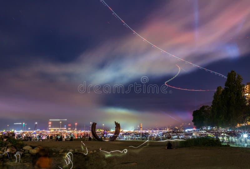 VANCOUVER KANADA, LIPIEC, - 31, 2019: kolorowy niebo po fajerwerków przy zmierzch plażą w śródmieściu zdjęcia stock