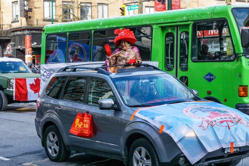 VANCOUVER KANADA, Luty, - 18, 2018: Dama w samochodowym falowaniu przy Chińską nowy rok paradą w Vancouver Chinatown cześć fotografia stock