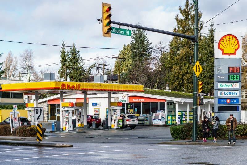 VANCOUVER KANADA, Styczeń, - 21, 2018: Łuska benzynową stację, sklep wielobranżowy przy i zdjęcie royalty free
