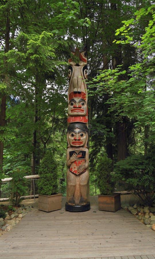 Vancouver, Kanada: Turystyka - kruka totemu słup w Capilano zawieszenia mosta parku fotografia stock