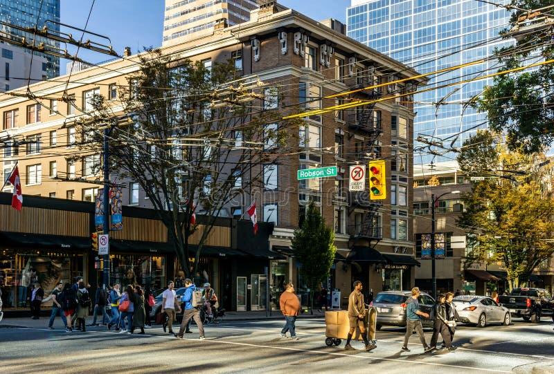 VANCOUVER KANADA, Wrzesień, - 25, 2018: Miasto ulica w W centrum Vancouver wieczór czasu Robson ruchliwie ulicie zdjęcia stock
