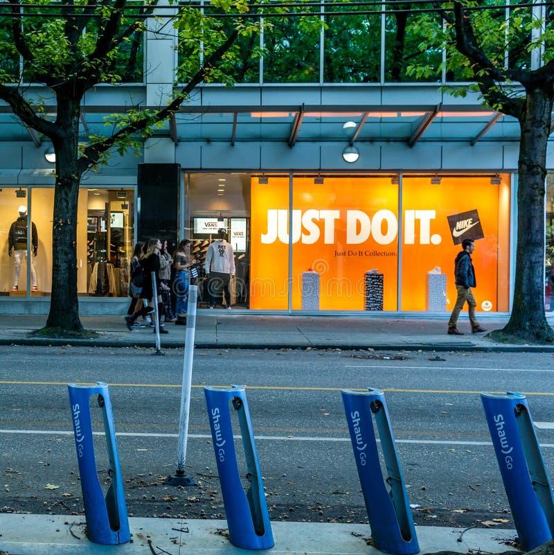 VANCOUVER KANADA, Wrzesień, - 25, 2018: Miasto ulica w W centrum Vancouver wieczór czasu Robson ulicie fotografia royalty free