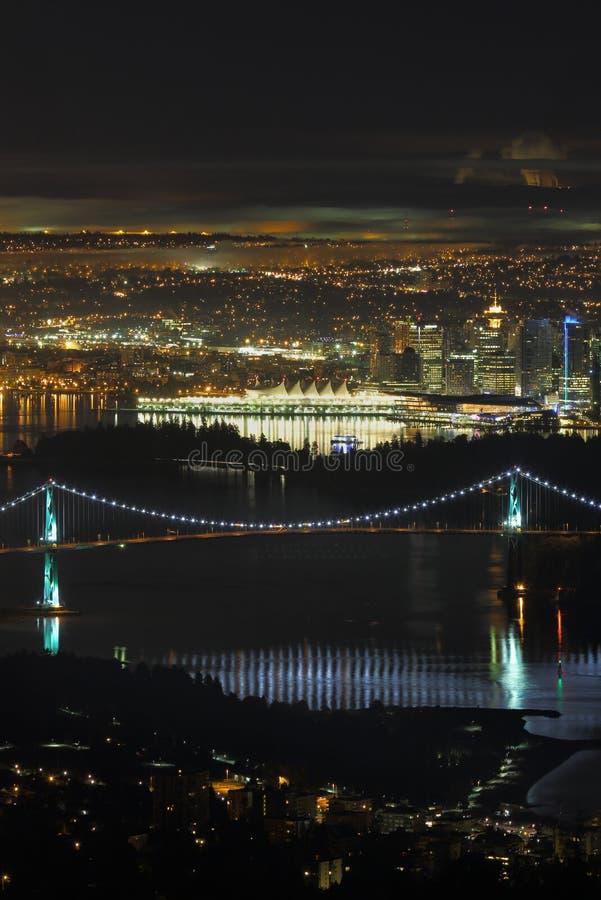Vancouver, leoni Gate il ponte, notte dell'angolo alto, verticale fotografia stock libera da diritti