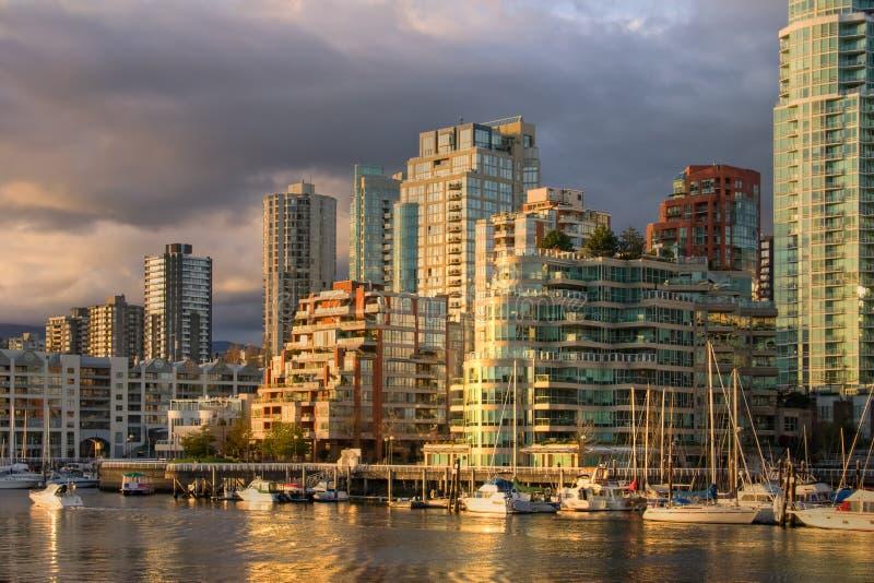 Vancouver - mening van Eiland Granville bij de stad in stock afbeelding