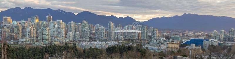 Vancouvers Skyline BC entlang False Creek Panorama lizenzfreie stockfotos