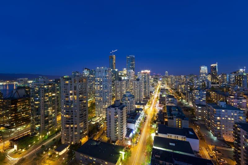 Vancouvers Stadtbild BC entlang Robson Street an der blauen Stunde stockfotos