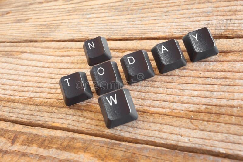 VANDAAG schreef NOW met toetsenbordsleutels op houten achtergrond royalty-vrije stock afbeeldingen