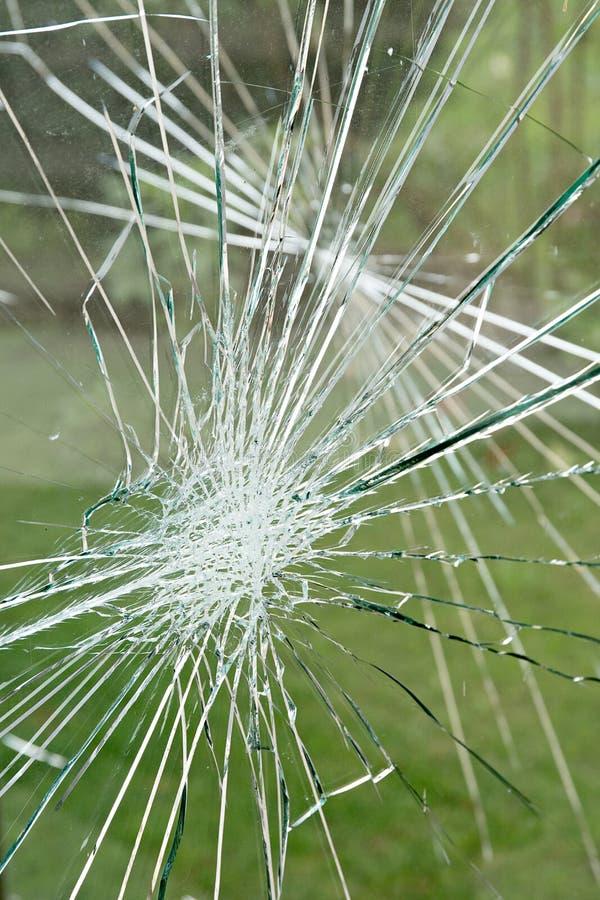 Vandalismbegrepp, skadat exponeringsglas på hållplatsskyddet Sociala problem royaltyfri bild