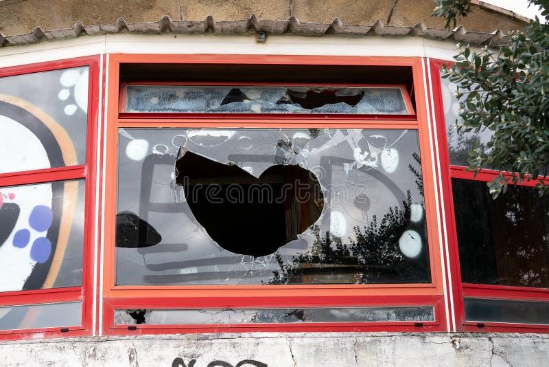 Vandalismeconcept Gebroken glas en graffiti Sociale problemen stock afbeelding