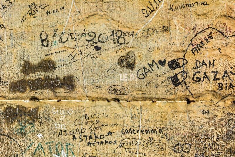 Vandalismo sulle pareti antiche fotografia stock