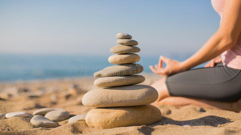 ?vande kvinnayoga f?r strand Balansera ang f?r att koppla av zen Selektivt fokusera arkivfoto