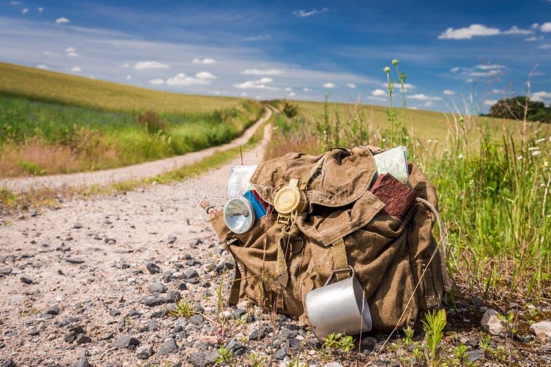 Vandra med böcker, kartlägga och råna på landsvägen fotografering för bildbyråer