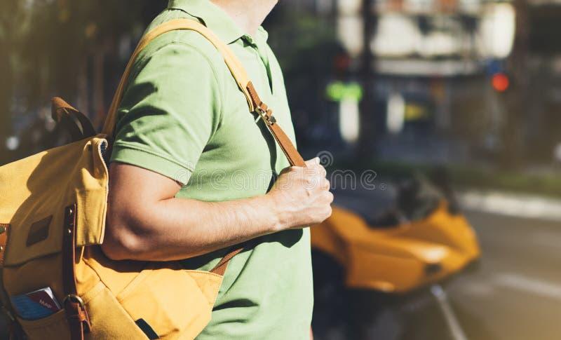 Vandrar kartlägger innehavet för den unga mannen för hipsteren i händer och Rutt för planläggning för handelsresande för sidosikt arkivbild