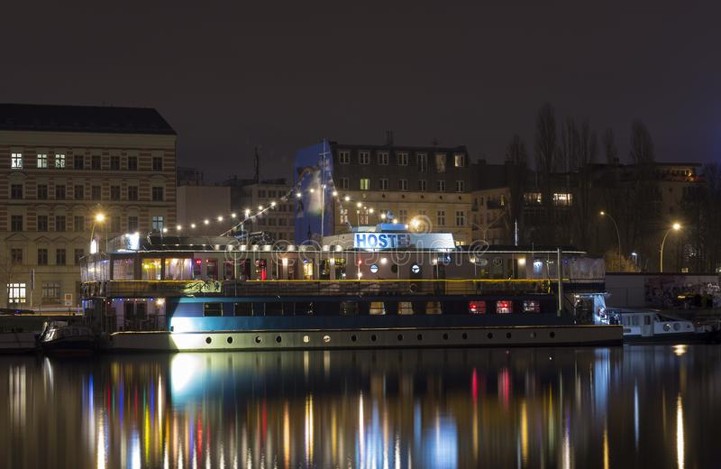Vandrarhemskepp i flodfest Berlin vid natt royaltyfria foton