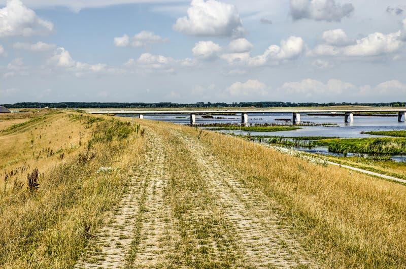 Vandringsled på en flodfördämning nära Kampen royaltyfri foto