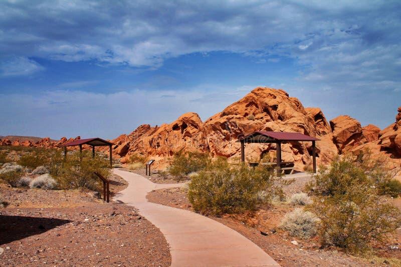 Vandringsledslingan med små kojor som passerar mellan apelsinen, vaggar i Nevada royaltyfri foto