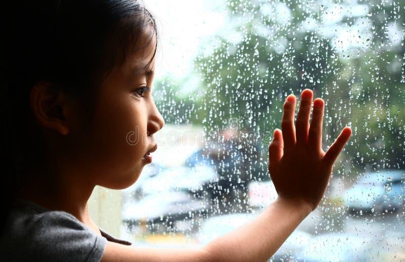 Vanessa et la pluie images stock