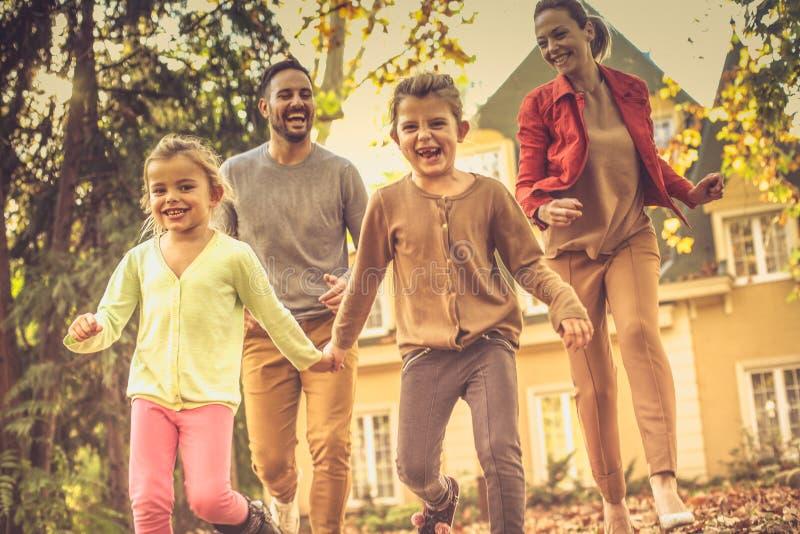 Vang me als u kunt Familieras Het seizoen van de herfst Weg in dalingsbos royalty-vrije stock afbeeldingen