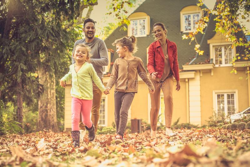 Vang me als u kunt Familieras Het seizoen van de herfst Weg in dalingsbos stock afbeelding
